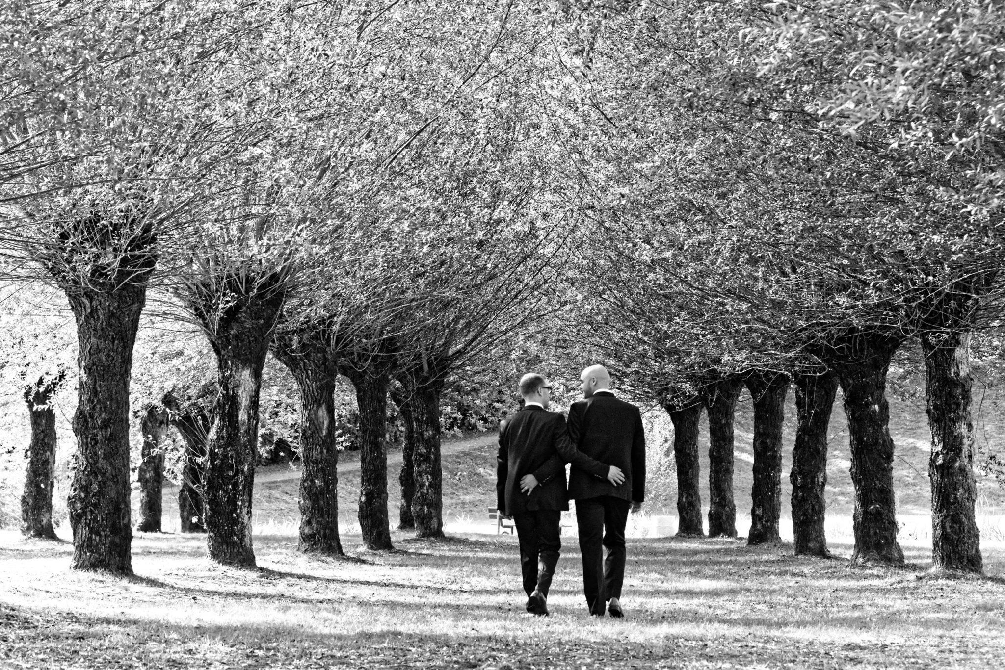 couple hommes marchent bois SNK Studio